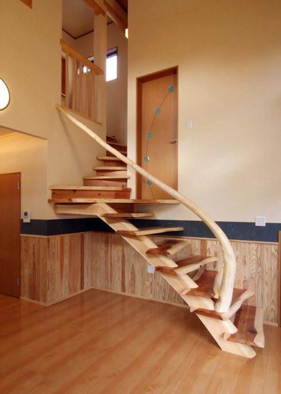 曲り丸太(階段手すり)、杉(階段板)