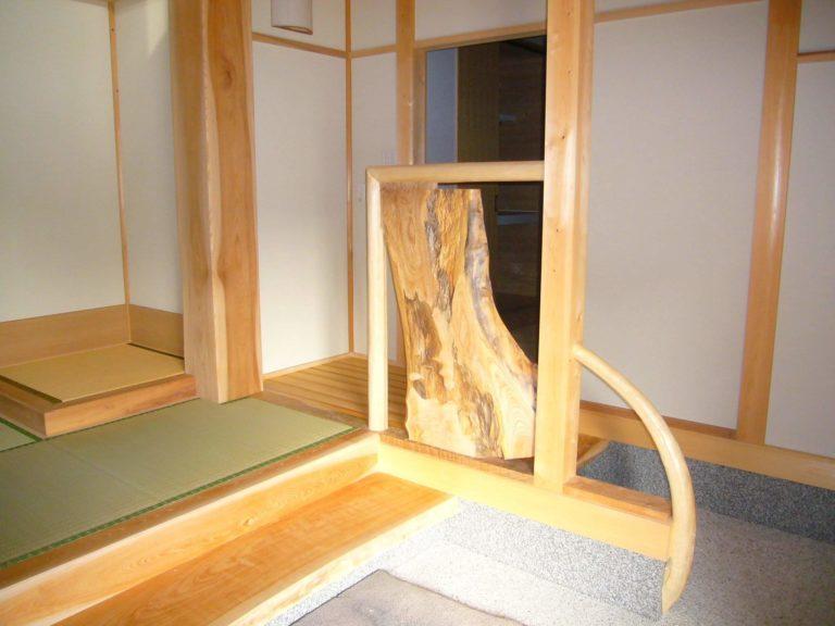 ケヤキ(真ん中側板)、広葉樹柱(左奥)、根曲り(右)