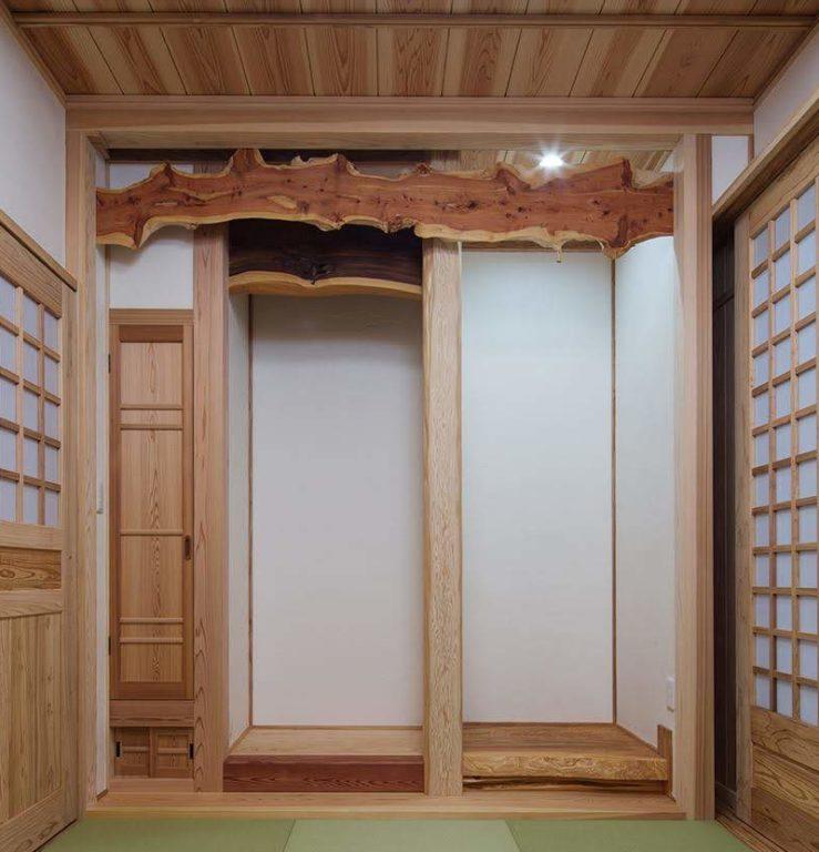 面皮柱(床柱)、カイヅカイブキ(幕板)
