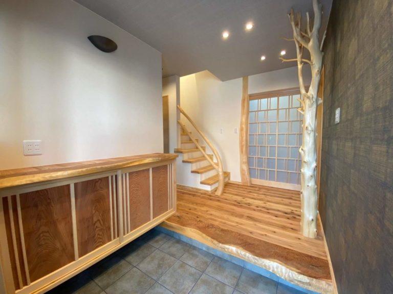 槙枝長(右)、杉杢板(玄関框、下駄箱天板)、曲がり木(階段手すり)