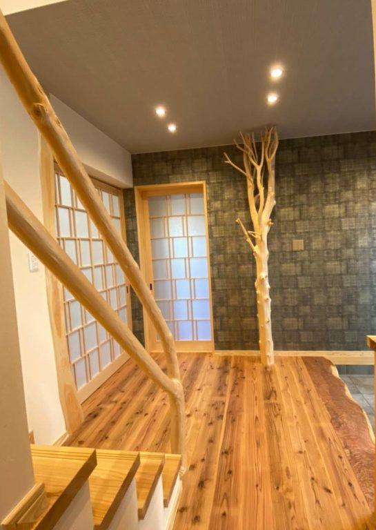 槙枝長、曲がり木(階段手すり)、杉杢板(玄関框)