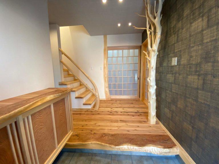 槙枝長、曲がり木(階段手すり)、杉杢板(玄関框、下駄箱天板)