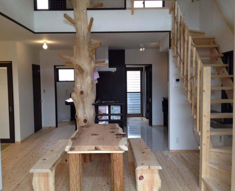 桧枝長(中央柱)、桧・杉板(テーブル天板、ベンチ)、絞丸太(テーブル足)海布丸太(階段柵)