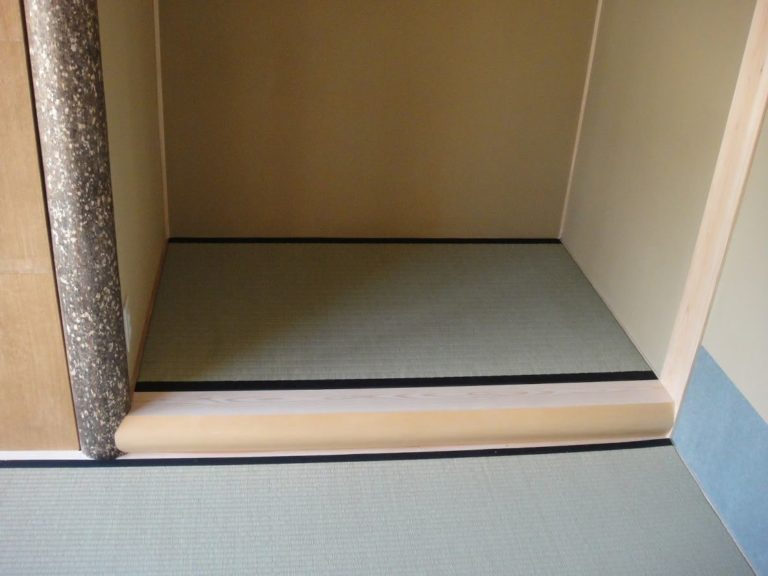 床框(桧)と床柱(錆丸太)
