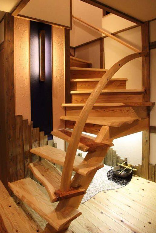 根曲り(手すり)、杉板(階段板)
