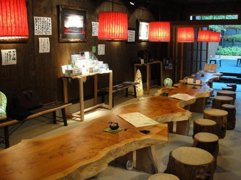 ケヤキ板(テーブル)、松シャレ丸太(スツール)