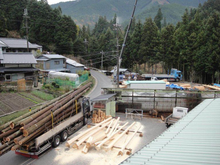 桁丸太原木と皮むき加工