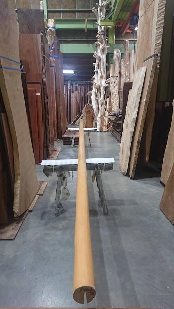 まっすぐな杉の磨丸太 長さ10m、末口10cm
