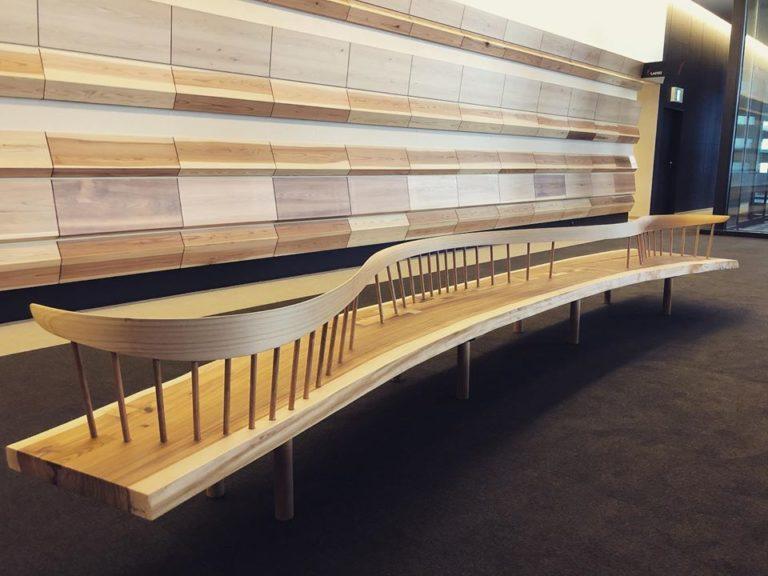 曲がった杉板 曲線を利用したベンチ