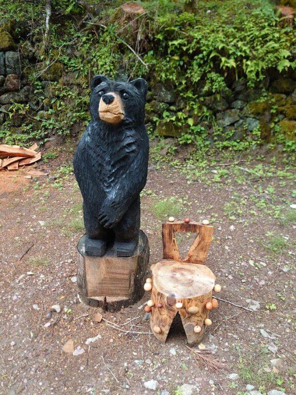 チエンソーアート(熊と椅子)